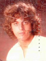 Das war ich mit 18 Jahren (Foto aus meinem Führerschein, da ich von der Zeit nur sehr wenig habe)